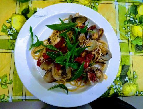Spaghetti ad archetto, cozze, cannolicchi, vongole in guscio e rucola